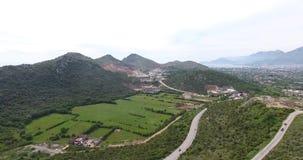Quadcoptervlucht over de bergvallei stock video