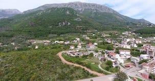 Quadcoptervlucht over de bergvallei stock videobeelden