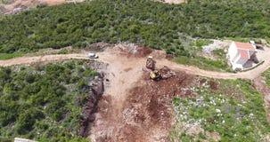 Quadcoptervlucht over het grondgebied van een bouwwerf stock videobeelden
