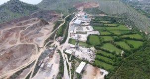 Quadcoptervlucht over het grondgebied van een concrete installatie stock footage