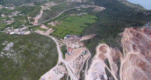 Quadcoptervlucht over het grondgebied van een concrete installatie stock videobeelden