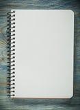 Quaderno in bianco sul concetto dell'ufficio del bordo di legno Immagini Stock Libere da Diritti