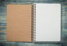 Quaderno controllato sul concetto dell'ufficio del bordo di legno Fotografia Stock Libera da Diritti