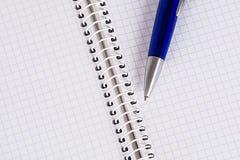 Quaderno e una penna Immagine Stock