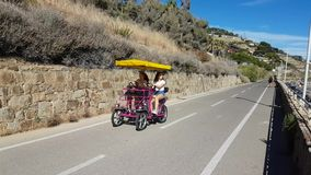 Quadracycle的两个青少年的女孩 股票视频