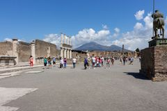 Quadrado antigo contra o vulcão o Vesúvio com os turistas em Pompeii, Itália Conceito antigo da cultura Marco italiano imagem de stock