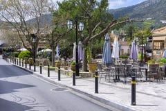 Quadrado central da vila de Archanes com as cafetarias e os restaurantes tradicionais velhos fotografia de stock