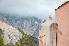 Quadrado central de Colonnata, Carrara, Itália, famosos para a extração do ` gordo de Lardo di Colonnata do ` da guloseima do már imagem de stock