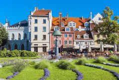 Quadrado colorido na cidade velha de Riga, Letónia, Europa Foto de Stock