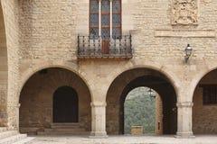 Quadrado com arcadas apedrejado pitoresco na Espanha Cantavieja, Teruel fotografia de stock