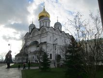 Quadrado da catedral dentro do complexo do Kremlin de Moscou em Rússia foto de stock