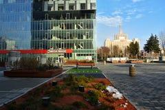 Quadrado da imprensa com as torres da porta da cidade foto de stock royalty free