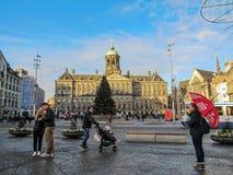 Quadrado da represa com Royal Palace, uma da atração a mais popular de Amsterdão foto de stock royalty free