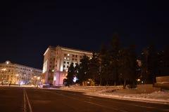 Quadrado da revolução na noite em Chelyabinsk foto de stock