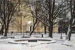 Quadrado de cidade do inverno e catedral ortodoxo no fundo Fotografia de Stock