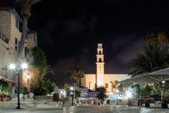 Quadrado de Kdumim e de ` s de St Peter igreja com a torre de pulso de disparo na noite na cidade velha Yafo, Israel foto de stock