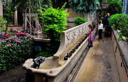 Quadrado de Kennett, PA: Crianças que visitam jardins de Longwood imagens de stock royalty free