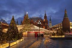Quadrado de Manezhnaya durante feriados do ano novo e do Natal no amanhecer, Moscou imagem de stock