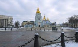 Quadrado de Mikhailovskaya na frente da catedral Dourado-abobadada do ` s de St Michael em Kiev imagens de stock royalty free