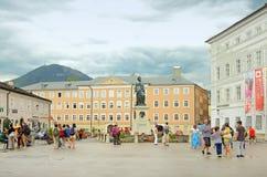 Quadrado de Mozartplatz em Salzburg, Áustria Fotografia de Stock Royalty Free
