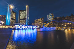 Quadrado de Nathan Phillips em Toronto na noite imagens de stock