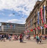 Quadrado de Paradeplatz em Zurique no dia da parada da rua Foto de Stock Royalty Free