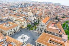 Quadrado de Piazza Duomo ou da catedral com a catedral de Santa Agatha, cidade aérea Catania Itália da vista superior foto de stock