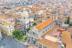 Quadrado de Piazza Duomo ou da catedral com a catedral de Santa Agatha, cidade aérea Catania Itália da vista superior fotos de stock