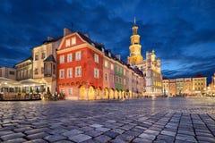 Quadrado de Stary Rynek no crepúsculo em Poznan, Polônia imagens de stock royalty free