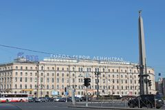 Quadrado de Vosstaniya, vista do hotel de Oktyabrskaya St Petersburg foto de stock