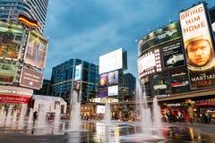 Quadrado de Yonge e de Dundas iluminado no crepúsculo Fotografia de Stock Royalty Free