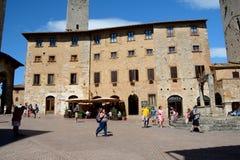 Quadrado do Cisterna do della da praça na cidade de San Gimignano em Itália Imagens de Stock