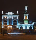 Quadrado do quadrado de Kontraktova dos contratos em Kyiv Iluminação de noite do antigo monastério grego no quadrado imagem de stock royalty free