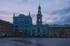 Quadrado do quadrado de Kontraktova dos contratos em Kyiv ucrânia O antigo monastério grego no quadrado foto de stock
