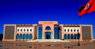 Quadrado do governo do ` s de Tunísia sob o sol imagens de stock