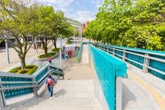 Quadrado do major da ponte pedestre de Alpujarra Medellin da saída do metro Foto de Stock