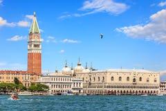 Quadrado do palácio e de St Mark do doge, vista do mar, Veneza, I foto de stock royalty free