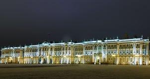 Quadrado do palácio e opinião da noite do museu de eremitério do palácio do inverno com iluminação brilhante, St Petersburg, Rúss imagem de stock