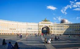 Quadrado do palácio o quadrado de cidade central de St Petersburg Imagens de Stock Royalty Free