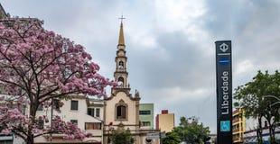 Quadrado e igreja de Liberdade na vizinhança japonesa de Liberdade - Sao Paulo, Brasil Imagens de Stock Royalty Free