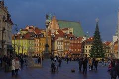 Quadrado ensolarado do castelo de Varsóvia com uma árvore de Natal Fotos de Stock