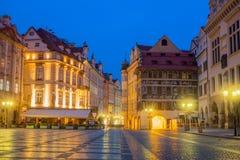 Quadrado histórico velho de Praga na noite com lâmpadas velhas fotos de stock