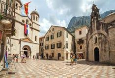 Quadrado na cidade velha Kotor, Montenegro imagem de stock