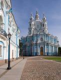 Quadrado na frente da catedral de Smolny Foto de Stock Royalty Free