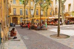 Quadrado pitoresco com os cafés em Aix-en-Provence, França Foto de Stock