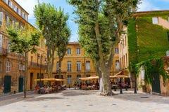 Quadrado pitoresco com os cafés em Aix-en-Provence, França Fotografia de Stock