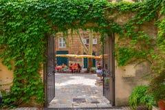 Quadrado pitoresco com os cafés em Aix-en-Provence, França Imagem de Stock Royalty Free
