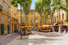 Quadrado pitoresco com os cafés em Aix-en-Provence, França Fotografia de Stock Royalty Free