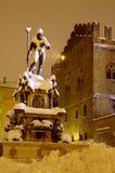 Quadrado principal da Bolonha e fonte de Netuno após o snowfal pesado foto de stock royalty free