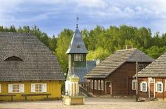 Quadrado principal da cidade lituana velha reconstruída, uma torre de sino do departamento dos bombeiros, supermercado e algumas  imagem de stock royalty free
